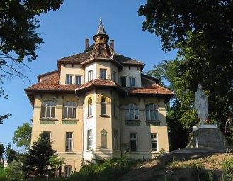 Колишня клініка К. Солецького, збудована у стилі гуцульської сецесії. Фото: літо 2016.