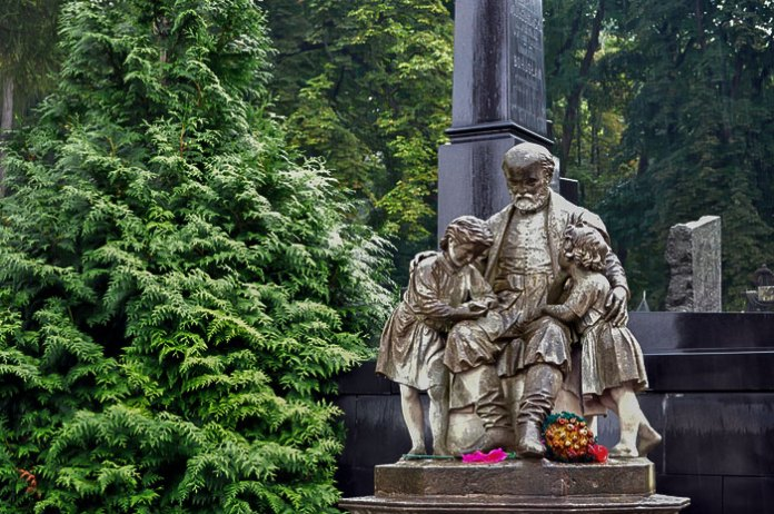 Надмогильна скульптура Юзефа Торосевича на Личаківському кладовищі у Львові.