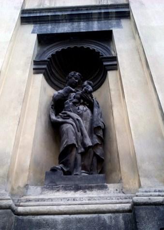 Скульптура нижнього ярусу фасаду Гарнізонного храму. Фото Хлян І.