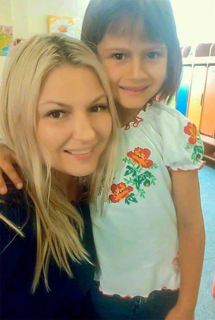"""Ірина Астахова - голова благодійного фонду """"Щастя завжди поруч"""", ініціатор проекту - """"Щастя у віконці"""" та її молодша донька Маша, яка надихнула маму на створення проекту."""