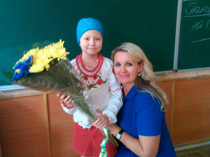 Маленька Яна Поплавська (дівчинка, яка бореться з раком) разом із автором, а за сумісництвом і своєю вчителькою Оленою Щербиною (співавтор проекту м.Суми)