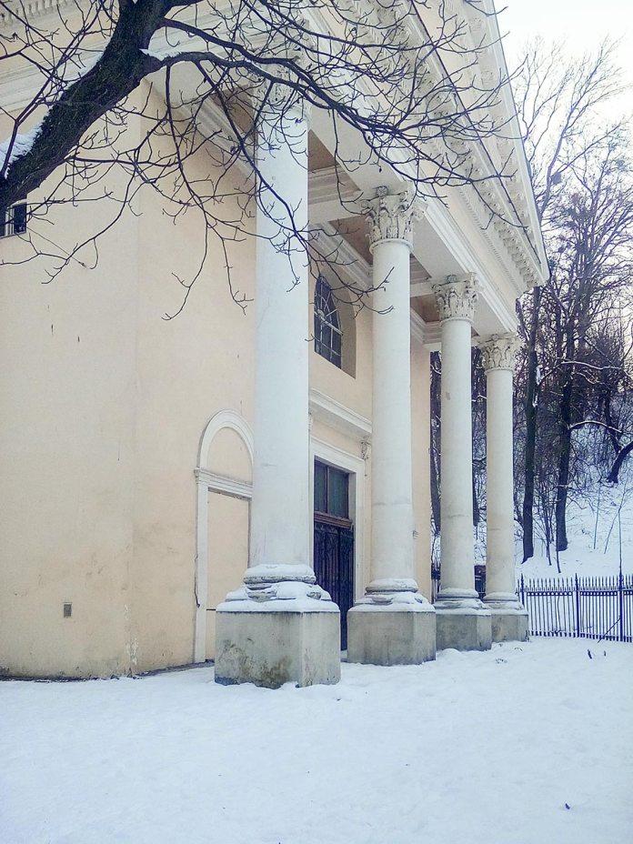 Західний фасад каплиці св. Агнеси з класицистичним портиком