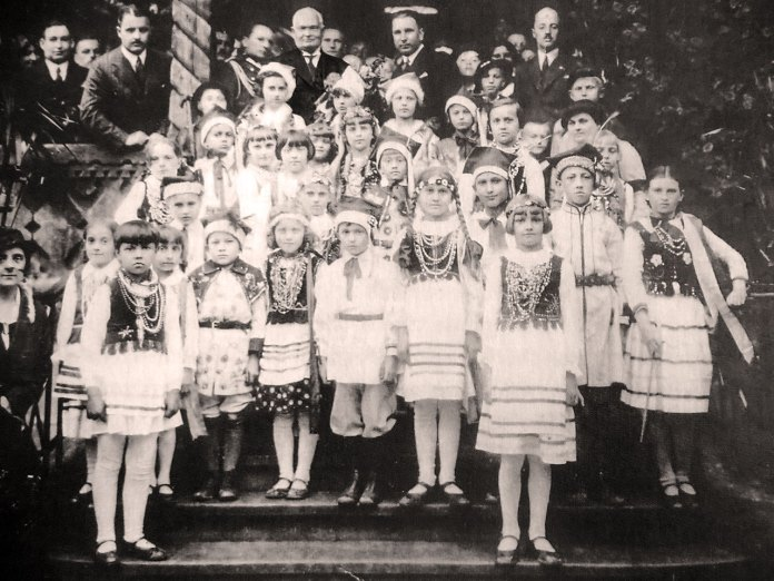 """Курорт Трускавець. Президент Естонії К. Пєтц (у верхньому ряді - в центрі) серед трускавецьких дітей на веранді вілли """"Гопляна"""", 1935 рік"""