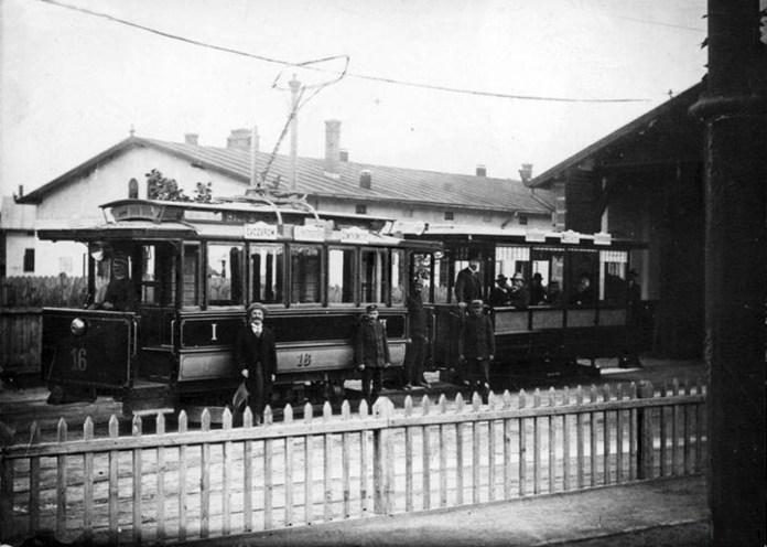 Один із перших Львівських трамваїв фірми Siemens & Halske на території депо (Джерело: https://uk.wikipedia.org/wiki)