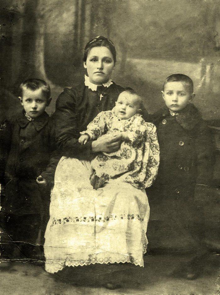 Пелагія Буць з Катериною на руках, право - Олександр, ліво - Василь.