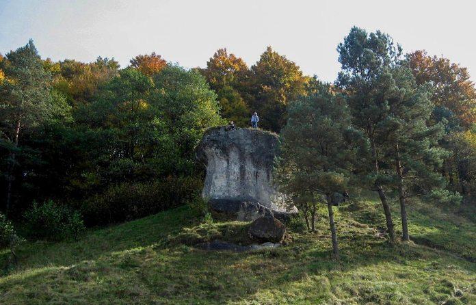 Жертовний камінь на березі р. Колодниця у с. Дуброва. Фото Андрія Книша