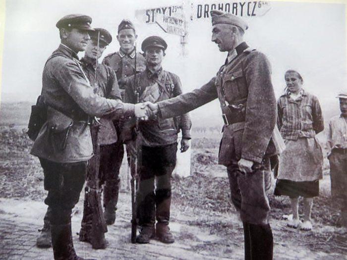Зустріч червоноармійців та солдатів німецької армії на дорозі Дрогобич-Стрий, 1939 рік.