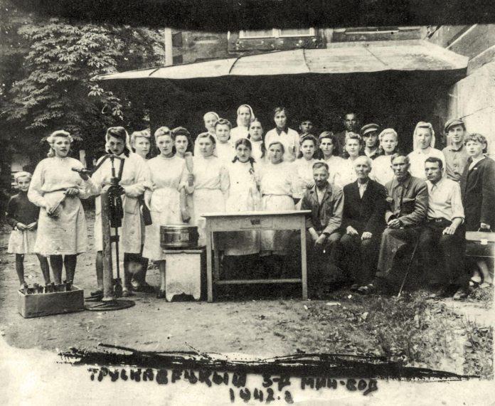 """Трускавець. Працівники мінізаводу по рзливу мінеральної води """"Юзя"""", 1942 рік"""