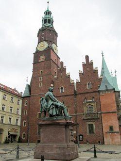 Пам'ятник Олександру Фредро та Ратуша міста Вроцлав. Фото Сергія Гуменного.