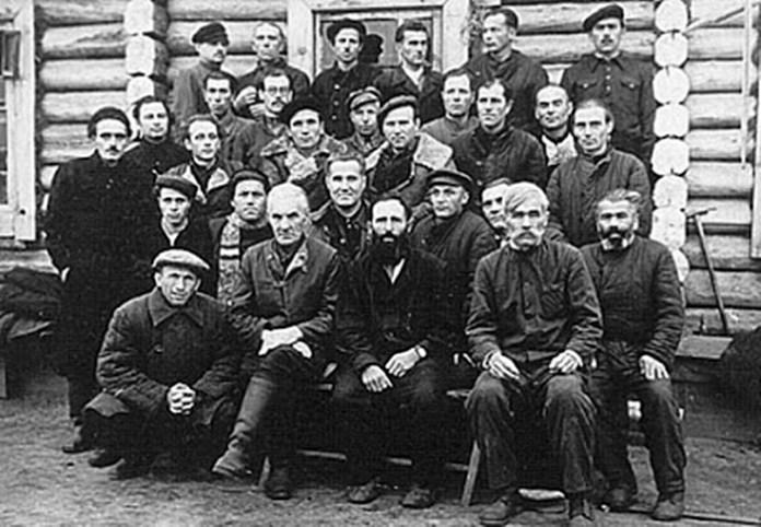 У другому ряду сидять- (третій зліва) доктор Володимир Горбовий, (четвертий) Михайло Сорока