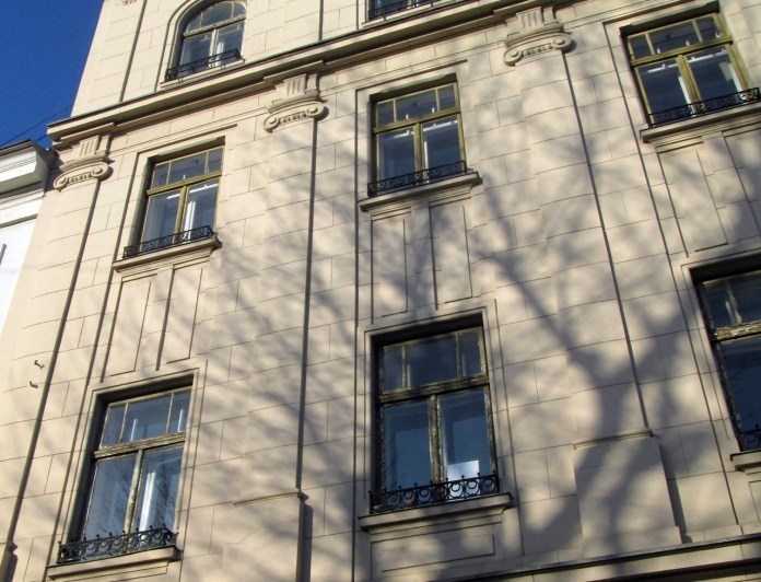 Пілястри з капітелями іонічного ордеру на фасаді будинку №31. Фото Мар'яни Іванишин