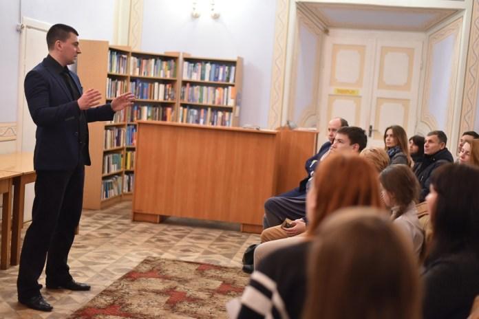 """Лекція Юрія Михальчишина """"Невтрачене покоління: письменники на війні та після неї"""". Фото zik.ua"""