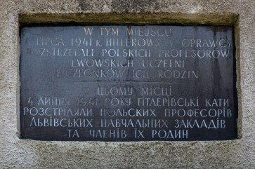 Пам'ятний знак, встановлений на місці вбитих львівських професорів