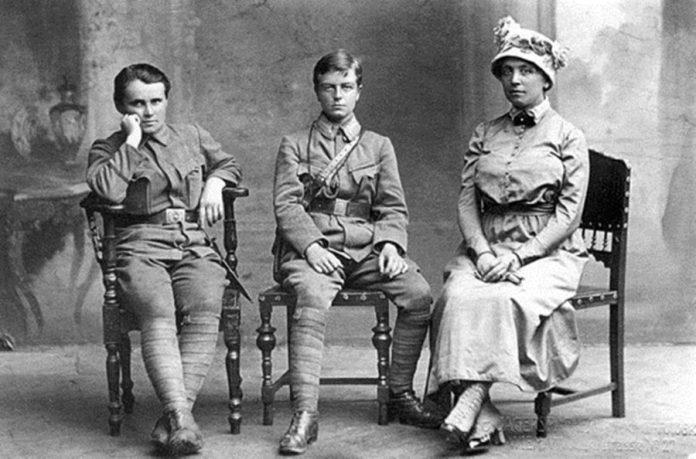 Зліва - дес. Г.Дмитерко, хор. С.Галечко, О.Басараб. Відень, 1917 р.