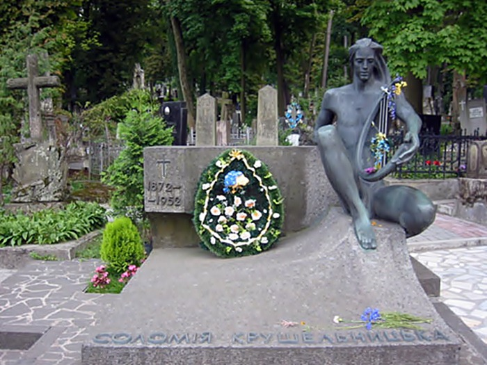 Пам'ятник на могилі Соломії Крушельницької у Львові на Личаківському кладовищі