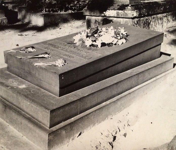 Перший пам'ятник на могилі Соломії Крушельницької у Львові на Личаківському кладовищі