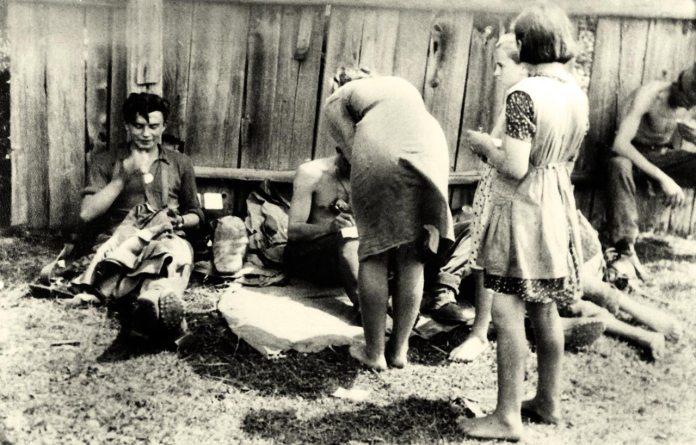 Серпень 1944 р. Линці – Закарпатська Україна. Населення приймає вояків Дивізії, котрі вертаються з під Бродів.(Фото з фондів ЛІМ)
