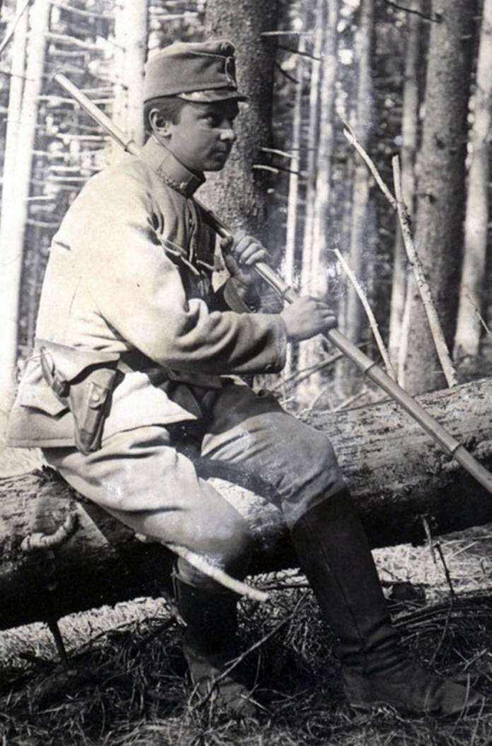 Гора Маківка, квітень 1915 року. Хорунжий Осип Яримович із своєю пластовою палицею з бамбуку. Світлина з Бродівського історико-краєзнавчого музею