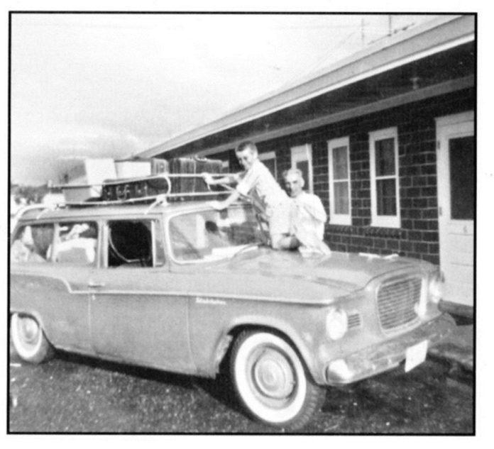 Степан Попель біля першої родинної автівки, яку водила дружинаСтепан Попель біля першої родинної автівки, яку водила дружина