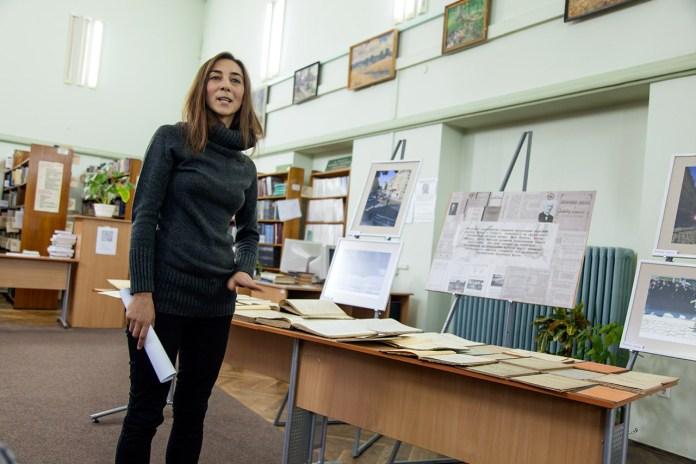 Бібліотекар Надія Козел представляє огляд книжкової виставки. Фото Ірина Бердаль-Шевчик