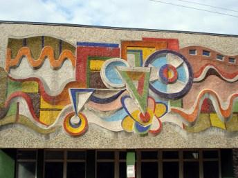 Мозаїчний рельєфний фриз на будинку по вул. А. Сахарова, 45. Фото: Юрій Волощак