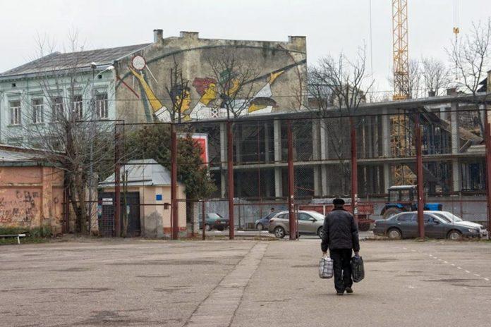 Мозаїка на будинку по проспекті В. Чорновола, 39. Фото: Андрій Поліковський, березень 2016 року