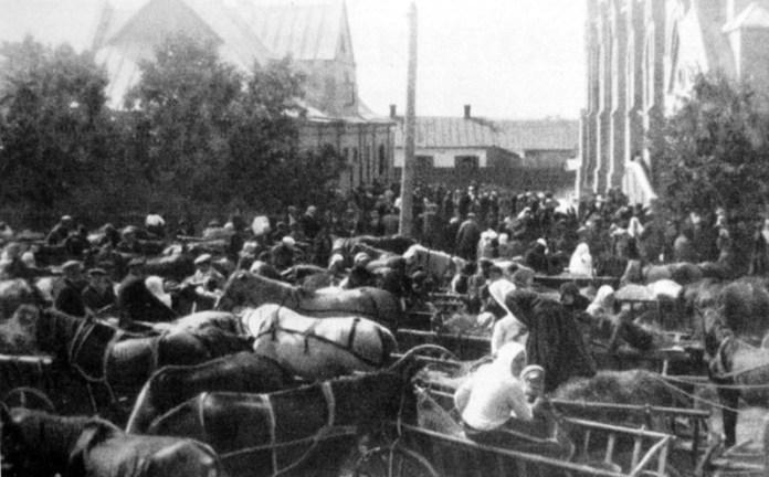 Німці Гнідави і інших колоній парафії з'їхалися на богослужіння до луцької кірхи. Фото з книги Die Deutschen in Wolhynien. Nikolaus Arndt