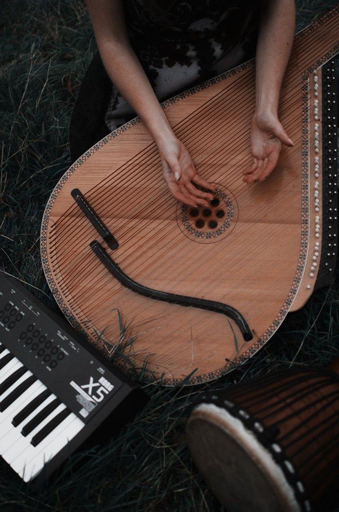 "Кадр з кліпу до синглу гурту Troye Zillia ""LISOM"""