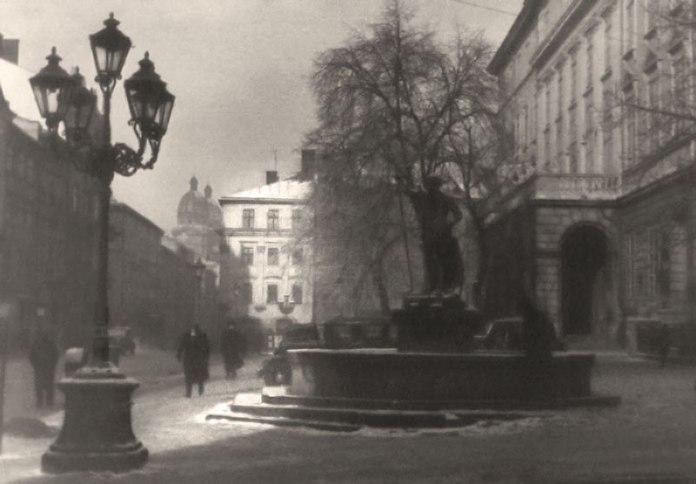 Площа Ринок у Львові, зима 1941 року. Фото Сергія Шиманського. Фото Сергія Шиманського