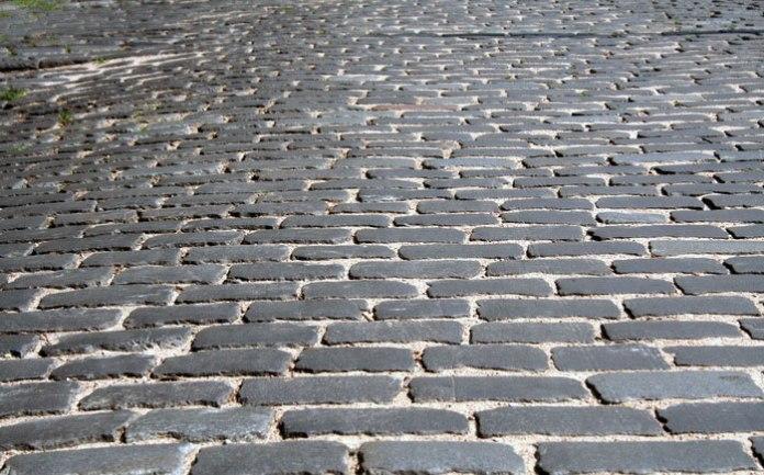 Мощення міських вулиць брусковим бруком