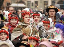 У Львові встановили триметрового Різдвяного Дідуха