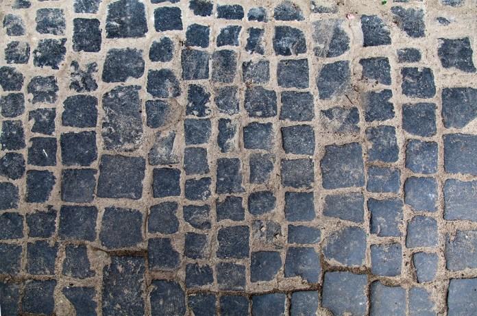 Мощення міських вулиць бруком з тесаних блоків
