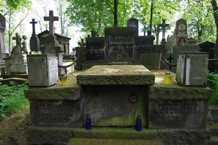 Могила Януша Варнецького (другий план) у Варшаві. Фото з https://pl.wikipedia.org