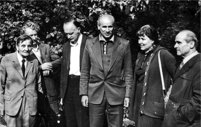 Від ліва: Й. Гронський, С. Костюк, В. Вуйцик, Б. Возницький, Л. Міляєва, Г. Логвин. Конференція в Олеському замку. Кін. 70-р.