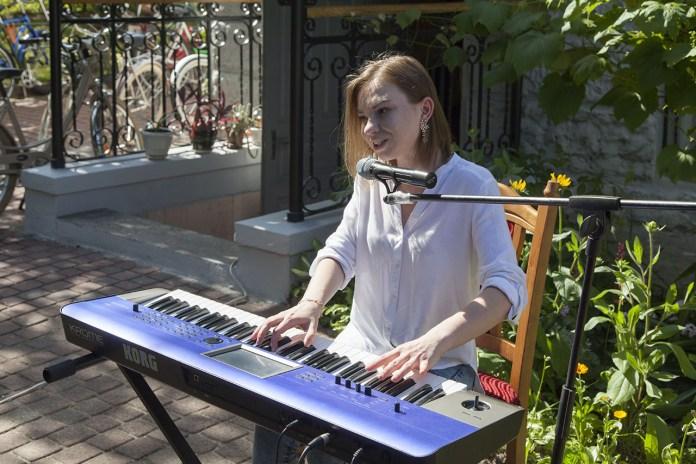 """Анастасія Ільків виконує авторські музичні композиції в Домі Грушевських під час велопроменаду """"Батяри на роверах"""""""
