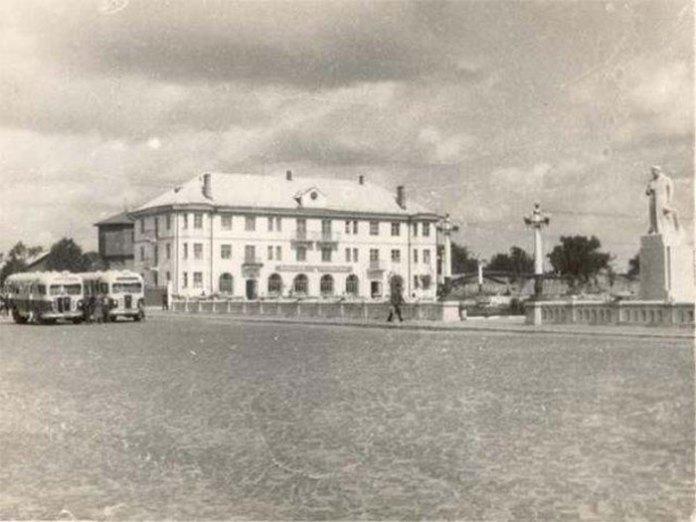 Вокзал в Рівному біля залізниці, поч. 1950-х років