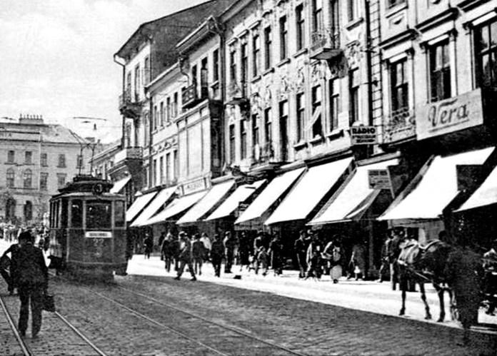 """Моторний вагон """"Graz"""" поряд із Центральною площею. Початок 1930-х років."""