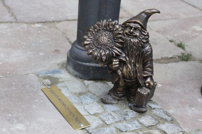Вроцлавський гномик у Львові під ліхтарем каплиці Боїмів