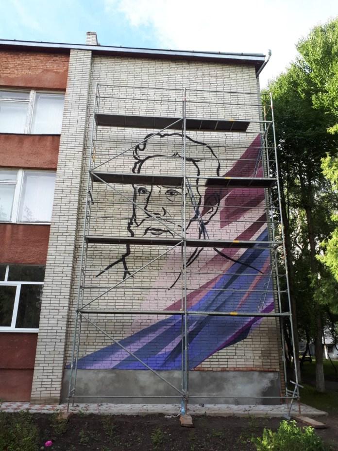 Мурал Івана Пулюя у Львові на фасаді СЗШ №83