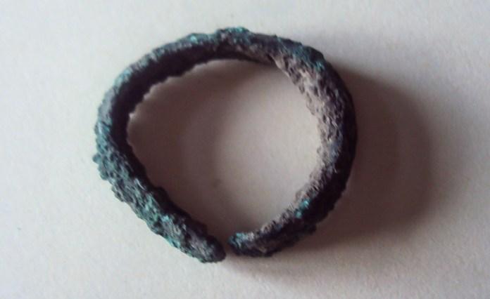 А-37979 (d дроту 2,4 мм) [4, арк. 158; 7, арк. 331] . Щитковосерединний перстень зі звуженими незамкнутими кінцями. Вкритий патиною.