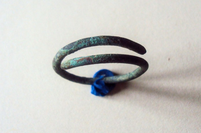 А-40555 (d 1,8 мм) [5, арк. 97; 7, арк. 397]. Перстень із залізного, округлого в перетині дроту, з незамкнутими кінцями, що заходять один на одного, формуючи частину спіралі.