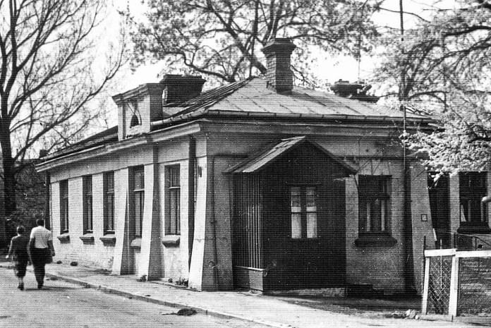 Будинок, в якому була перша міська електростанція із лазнею, фото 1996 року. Нині цей будинок реконструйовано