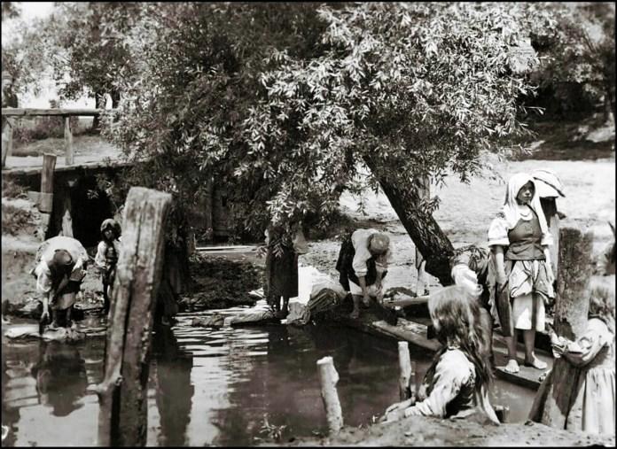 Тут і одяг прали, і милися. Гігієнічні процедури на початку ХХ століття. Фото з мережі інтернет