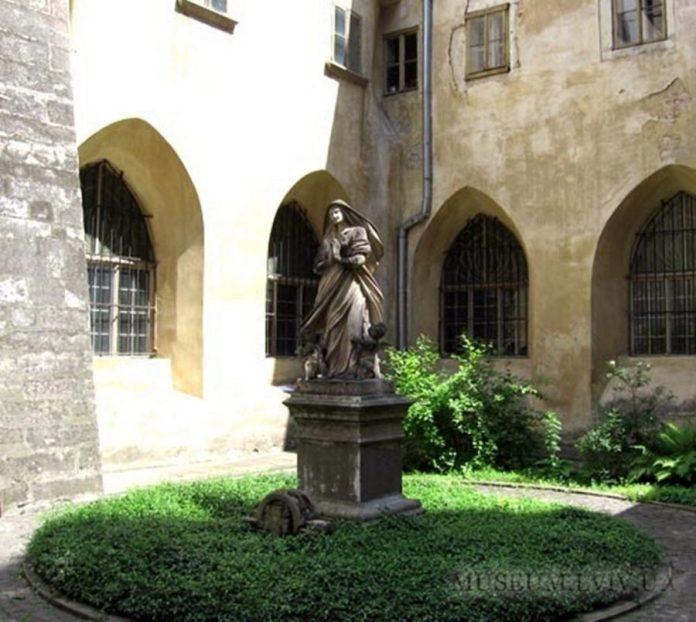 Внутрішній дворик Музею історії релігії