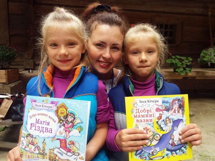 Леся Кічура з юними читачами
