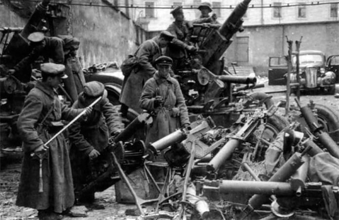 Радянські вояки оглядають польські трофеї. Львів, 1939 рік