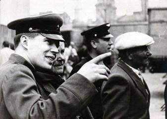 Пересувний звіринець у Львові на території Привокзального ринку, 60-ті роки. Фото Володимира Руденка