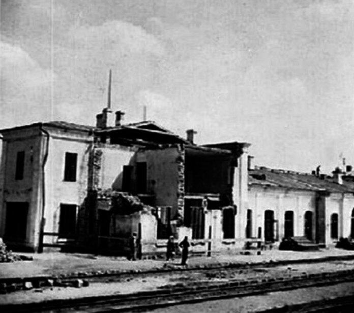 Зруйнований вокзал, 1944 рік