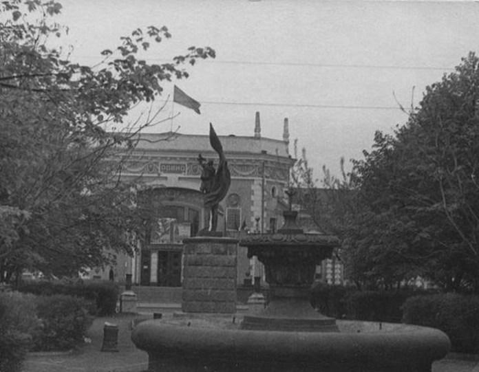 Сквер на Привокзальній площіі. Середина 1950-х років
