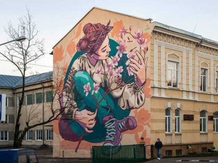 Магнолія на стіні школи №2 у Стрию